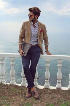 Многие парни вдохновляются картинками уличной моды, сделанными во время мужских недель моды. Оно и правильно: на подобные мероприятия собираются сливки любителей мужского стиля. Здесь и байеры, и модные блогеры, и стилисты — всё в одном месте. Начинается карнавал с Pitti во Флоренции, а потом идет по другим модным столицам — Лондону и Парижу. При этом …