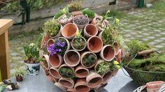 Topfgarten: Befestige ganz viele Tontöpfe auf einer mit Kies gefüllten Styroporkugel...Pflanzen rein...und *tada* ein kleiner, kugeliger Garten!
