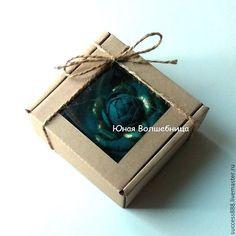 Купить или заказать Коробка из микрогофрокартона с окошком - оригинальная упаковка в интернет-магазине на Ярмарке Мастеров. Оригинальная упаковка - самосборная коробка из микрогофрокартона с окошком 9х9х4 см. Коробочка очень удобная - удобно пересылать, хранить, легко собирать (нужно приклеить только окошко, но можно заказать и с вклеенным окошком). Коробочку можно легко задекорировать лентами, кружевом, декоративными элементами и т.п., которые можно также приобрести у меня. Также в наличии…