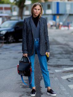 Der Boyfriend Blazer und kastige Silhouetten werden auch im Herbst 2016 wieder ein Thema sein - hier eine Impression mit Jeans am Rande der Fashion Week in Kopenhagen.window.vn && window.vn.onInit.app.push(function(){window.vn.plugins.loadTracdelight();});