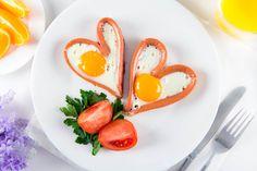 Яичница — самый простой и быстрый завтрак. Но далеко не банальный, если подойти к делу творчески! Мы предлагаем 12 способов оригинальной подачи яичницы. Немного стараний — и вы удивите близких, сделав их утро ярче и интереснее.