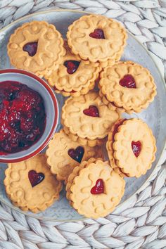 Homemade Jammie Dodgers (Vegan & Gluten-free) One of my favourite indulgent treats is Jammie Dodgers! If you don't live in the UK you may have never heard of these fun titled biscuits (also known as… Biscuits Végétaliens, English Biscuits, British Biscuits, Vegan Biscuits, Gluten Free Biscuits, Shortbread Biscuits, British Cookies, Jammie Dodger Recipes, Homemade Jammie Dodgers