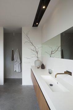 #Badkamermarkt verkoopt #kranen van diverse merken en in verschillende stijlen. Hiernaast een voorbeeld van een antieke kraan toegepast in een moderne badkamer. Als u op de afbeelding klikt, komt u uit op ons uitgebreide assortiment aan kranen.