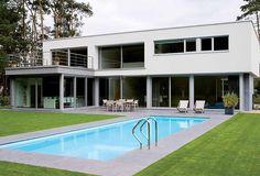 Schellen Architecten: Nijlen. Exterieur achtergevel en tuin met zwembad.