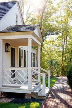 Porch Step Railing, Veranda Railing, Porch Handrails, Porch Railing Designs, Outdoor Stair Railing, Front Porch Railings, Front Porch Design, Railing Ideas, Front Porch Pergola