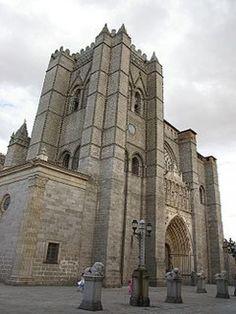Catedral de Avila (España) Es inaugurada hacia el final de la Edad Media en el siglo XV. Es el primer edificio de la arquitectura gótica en España. Está situado en el interior de la famosa ciudad amurallada de Avila.