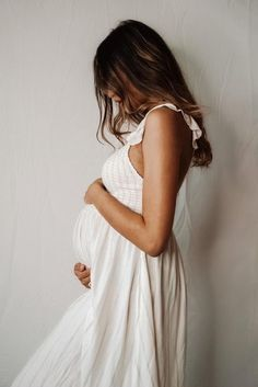 Tips on how to take your maternity photos at home if you can't do them with a professional photographer. DIY at home with minimal work. Cute Maternity Outfits, Maternity Poses, Casual Maternity, Pregnancy Outfits, Maternity Pictures, Maternity Fashion, Maternity Photo Dresses, Sibling Poses, Indoor Maternity Photography