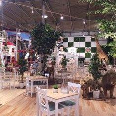 今親子で楽しめる親子カフェが話題 中でも昨年東京の湾岸エリアにオープンしたPicnic Cafe WANGANZoo Adventureが面白い 店内に入ると等身大のキリンやカバなど動物たちのモニュメントがお出迎えしてくれてまるで動物園にいるみたい なんとこのお店持ち込み自由 飲食代を気にせずに雨の日でもピクニック気分を味わえますよ tags[東京都]