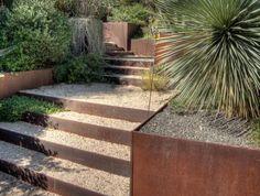 jardin-en-pente-créer-des-murs-d'acier-dans-son-jardin