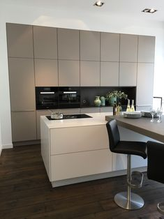 A beige kitchen! A new trend color for 2019 . A beige kitchen! A new trend color for With kitchen island and all. Kitchen Island Decor, Home Decor Kitchen, Kitchen Styling, Kitchen Interior, Kitchen Islands, Diy Kitchen, Coastal Interior, Eclectic Kitchen, Kitchen Units