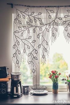 DIY - Self-made macrame curtains with asymmetrical vine pattern , beautiful macrame curtain. diy instructions not in english but translatable. Macrame Projects, Diy Projects, Tutorial Diy, Macrame Tutorial, Macrame Curtain, Paper Lace, Kitchen Curtains, Bedroom Curtains, Diy Bedroom