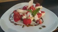 Frische Erdbeeren mit Quarkmousse und Löffelbiskuit