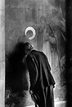 Constantine Manos :: A man prays in an Orthodox church, Leningrad, USSR, 1965 / src: Magnum Photos more [+] by this photographer Bw Photography, History Of Photography, Street Photography, Documentary Photographers, Famous Photographers, Nostalgic Images, Henri Cartier Bresson, Magnum Photos, Photo Black