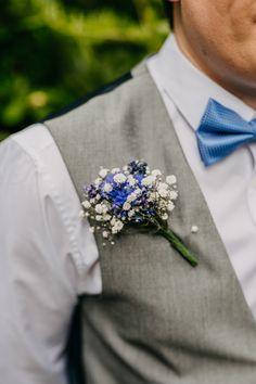 Rustic Relaxed Cornflower Blue Barn Wedding Always aspired to figu. Wedding Flower Guide, Vintage Wedding Flowers, Wedding Colors, Wedding Blue, Wedding Rustic, Blue Boutonniere, Button Holes Wedding, Wedding Suits, Wedding Poses