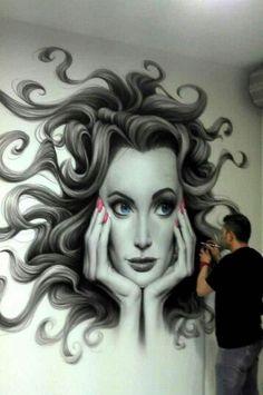 Dit is een portret gemaakt in graffiti. Persoonlijk vind ik bepaalde graffiti werken echt heel mooi. Maar jammer genoeg zitten er ook veel minder mooie tussen. Ook vind ik het jammer dat er vaak graffiti word gespoten op plaatsen waar het niet mag.