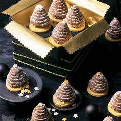 """Likörspitzen Likörspitzen,karacsonyi sutik Liqueur tips – """"Almost too cute to eat. But only almost, because what's enticingly enticing on the shortcrust pastry is also finely filled. Mini Desserts, Christmas Desserts, Chocolate Desserts, Christmas Baking, Vegan Desserts, Pastry Recipes, Cookie Recipes, Dessert Recipes, Patisserie Design"""