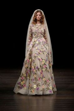 Vestido de novia floral  Diseñador Naeem Khan 2018  Pasarela nupcial en Nueva York.   Bodas.com.mx  #weddingdress #runway #wedding
