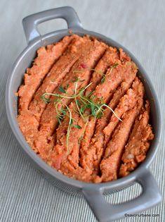 Pastă de năut cu usturoi și ardei copți - rețeta de hummus picant de post | Savori Urbane Zucchini Slice, Women Life, Dip Recipes, Raw Vegan, Hummus, Paleo, Pork, Veggies, Appetizers