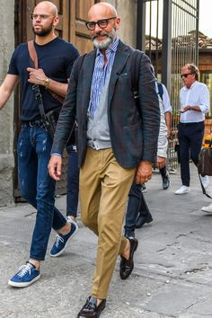 Discover the details that make the difference of the best streetstyle unique people with a lot of style Gents Fashion, Unisex Fashion, Mature Mens Fashion, Casual Jeans, Men Casual, Casual Outfits, Cardigan Fashion, Well Dressed Men, Stylish Men