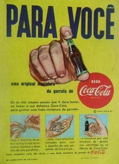 Anúncio das mini-garrafas da Coca-Cola de 1954: colecionáveis de sucesso. Coleção Mini-Garrafas (Coca-Cola) - 1954 Uma pena não termos essa bela coleção de volta. Já apresentamos essas mini-garrafinhas em nosso site (CLIQUE AQUI para conferir). Resgatamos a coleção e seu primeiro anúncio, de 1954. Um anúncio raro da Coca-Cola: