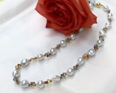 Traumhaft ist diese Kette mit barocken Südseeperlen, ca. 10 - 11 mm. Zwischen jeder Perle wurden jeweils 4 wunderschön leuchtende Safirtropfen eingearbeitet. Um edlen Schmuck daraus zu gestalten wurden Silber vergoldete Scheibchen dazwischengefädelt.  das edle Stück. Ein hochwertig edles Schmuckstück das Sie wegen seiner Anpassungsfähigkeit lieben werden.  Gesamtlänge: ca.  45 cm Verschluß: kräftige Magnetkugel, Silber vergoldet #traumsteinvienna #handmadeinvienna #finestjewelry Kugel, Pearl Necklace, Pearls, Jewelry, Fashion, Gemstone Beads, Silver Roses, Gems, Breien