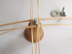 Osnovu založíme podľa obrázka a zaistíme maticou Basket Weaving Patterns, Weaving Designs, Weaving Art, Weaving Techniques, Hair Accessories, Ornaments, How To Make, Baskets, Christmas Decor