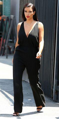10 looks para copiar de Kim Kardashian agora . Macacão preto com decote, sandália de duas tiras