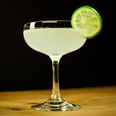 Drinks com gin: Gimlet Famous Cocktails, Classic Cocktails, Gimlet Cocktail, Gin Gimlet, Gq, Liquor Delivery, Low Calorie Cocktails, Wine Sale, Daiquiri