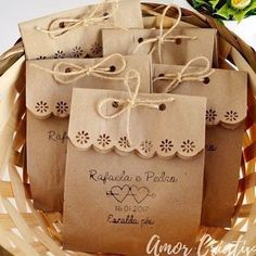 Scalloped edge with twine or ribbon. Embalagens para Lembrancinhas: 29 Ideias Criativas com Passo a Passo Cookie Packaging, Gift Packaging, Packaging Ideas, Paper Packaging, Pretty Packaging, Homemade Gifts, Diy Gifts, Wedding Favours, Wedding Gifts