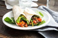 Recept voor tortilla-wrap voor 4 personen. Met zout, olijfolie, peper, rode paprika, rundergehakt, tortillawrap, gehaktkruiden, verse spinazie, maïskorrels en salsa