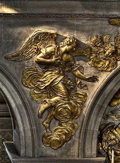 Détail d'un bas relief de la chapelle royale de Versailles.