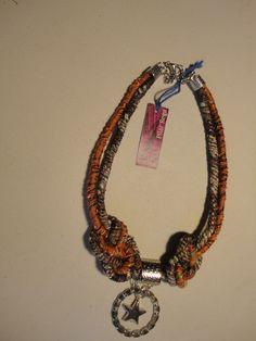 Collar combinando hilados de seda, cintas y metales.