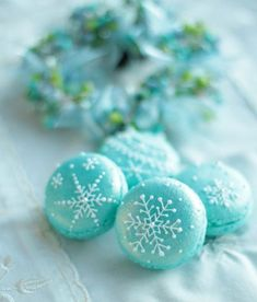love these sweet snowflakes macarons Christmas Desserts, Christmas Baking, Christmas Treats, Christmas Cookies, Macaroons Christmas, Macaron Cookies, Cake Cookies, French Macaroons, Blue Christmas