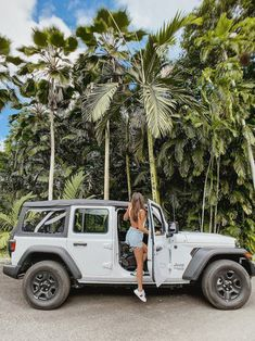 Road tripping in Hawaii is the ultimate way to see the Island! Perfect for the adventurous Honeymooners! How To Honeymoon In Heavenly Hawaii - Modern Wedding Abbey Eason abbeyeason Keep pic ideas Road tripping in Hawaii is the ultimate way to see t My Dream Car, Dream Life, Dream Cars, Hawaii Pictures, Hawaii Pics, Car Pictures, Car Pics, Hawaii Honeymoon, Hawaii Hawaii