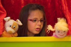 Vous pouvez monter un petit théâtre pour les marionnettes des émotions. Racontez des histoires en fonction des bouilles des marionnettes, jouez avec...
