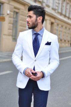 Den Look kaufen: https://lookastic.de/herrenmode/wie-kombinieren/sakko-businesshemd-anzughose-krawatte-einstecktuch/1800 — Weißes Sakko — Dunkelblaues Seide Einstecktuch — Hellblaues Businesshemd mit Schottenmuster — Dunkelblaue und weiße gepunktete Krawatte — Dunkelblaue Anzughose