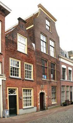 Pieterskerkstraat 8-12, Leiden Gevelsteen met het jaartal 1610 !!!