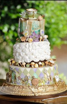 A wedding cake inspired by Alice in Wonderland - a masterpiece!