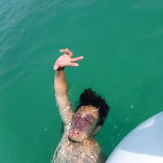【km__journeytofreedom】さんのInstagramをピンしています。 《サメットの海で溺れそうな人いた。 ・ あ、うちの旦那だ ・ #世界一周#夫婦で世界一周#worldjourney#ハネムーン#honeymoon#バックパッカー#backpacker #タイ#thailand #samed#サメット島 #ビーチ#海#海水浴#溺れてる人発見#この顔やばい#写真見返してて爆笑#瀕死の顔とピースがシュール》