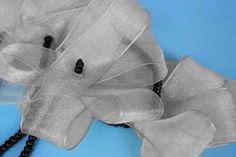 Collar de tres flores de cinta con cadena larga de abalorio.
