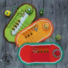 Quem acertou??? O poste anterior?? Parece uma necessário ou até mesmo carteira, mas a artesã , fez pra guardar agulhas de crochê , ficou muito fofo e delicada  créditos na foto para artesã   @konkina_fairytoys crochet #duvida #melancia #kiwi #laranja #brincadeira #dica #sugestao #inspiration #inspiracion #adorei #croche #artesanato