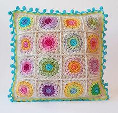 Cojín de ganchillo. Me gusta la combinación de colores, es muy primaveral. El remate del cojín tiene las explicaciones aquí: http://onceuponapinkmoon.blogspot.com.es/2013/09/pom-pom-edge.html