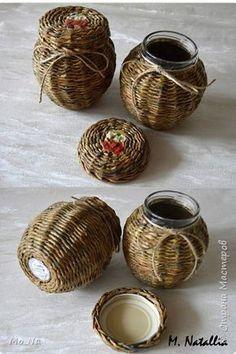 Paper Basket Weaving, Willow Weaving, Weaving Art, Hand Weaving, Bee Crafts, Handmade Crafts, Diy And Crafts, Newspaper Basket, Newspaper Crafts