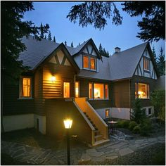 Boutique Inn Banff provides a comfortable base while in Banff and is close to everything the area has to offer. It is an excellent base for those looking to immerse themselves in nature, with Banff National Park just moments away.