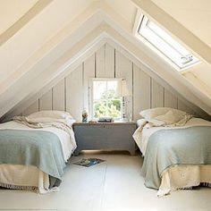 Inrichtingsideeën voor een ruimte met een schuin dak   Twee bedden onder schuin dak. Door Ietje