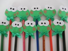 PONTEIRAS EVA sapinho - Pesquisa Google Sapo Frog, Diy And Crafts, Arts And Crafts, Pencil Toppers, Easter Projects, Girls Camp, Embellishments, Stationery, Kitty