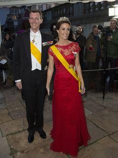 Marie de Dinamarca también optó por el rojo, con un diseño con cuerpo de encaje y falda de seda, que adornó con espectaculares piezas de joyería