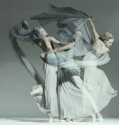 via http://worldiscoveries.blogspot.com/2011/01/dancers-in-motion.html