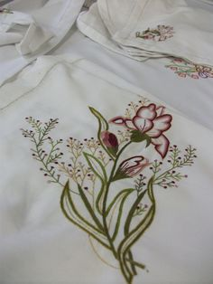 Discover thousands of images about Karışık teknikler Machine Embroidery Designs, Embroidery Stitches, Embroidery Patterns, Hand Embroidery, Embroidered Quilts, Motif Design, Thread Work, Embroidery Techniques, Needlework