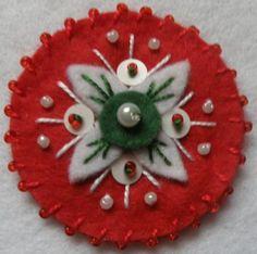 kokárda másképp - Google keresés Christmas Crafts, Christmas Tree, Christmas Ornaments, Flower Ornaments, Felt Flowers, Wool Felt, Holiday Decor, Handmade, Inspiration